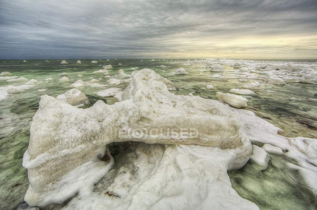 Green ice filled water — Stock Photo