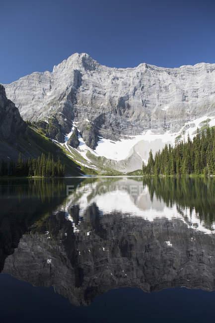 Montaña reflejándose en lago de montaña - foto de stock