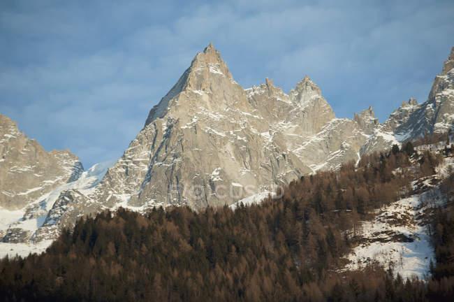 Міцний піків на вершині гори — стокове фото
