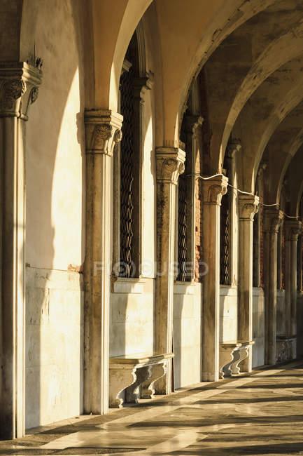 Visualizzazione di colonne e archi — Foto stock