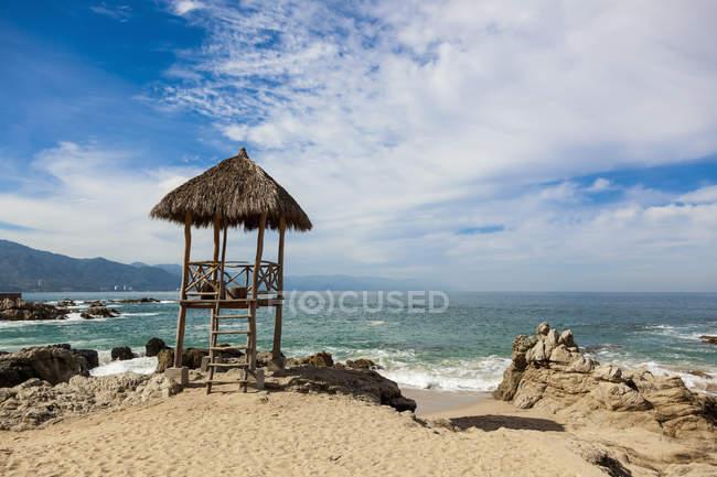 Palapa de salva-vidas na praia — Fotografia de Stock