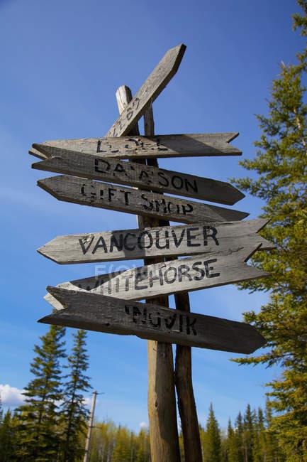 Деревянный знак назначения — стоковое фото