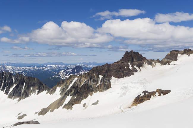 Monte Douglas e cime montuose circostanti e ghiacciai — Foto stock