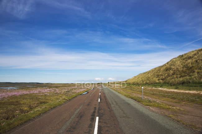Дорога, ведущая прямо — стоковое фото