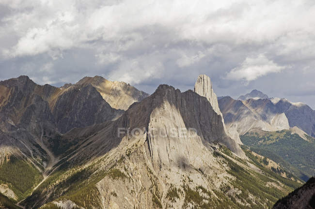 Rugged peaks of canadian rocky mountains — Stock Photo