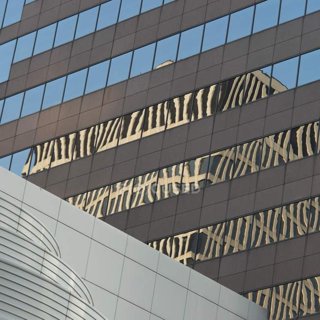 Reflexão de edifício em janelas — Fotografia de Stock
