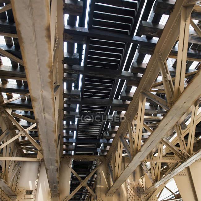 Balken unter einer Brücke — Stockfoto
