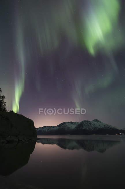Aurora Borealis tanzen über die Chugach Mountains — Stockfoto