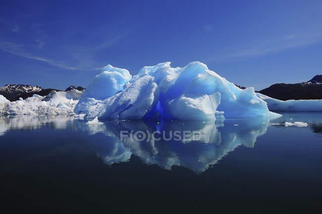 Синій айсберг в чистій воді — стокове фото