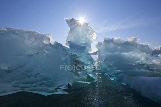 Айсберг плаваючий на спокійних водах — стокове фото
