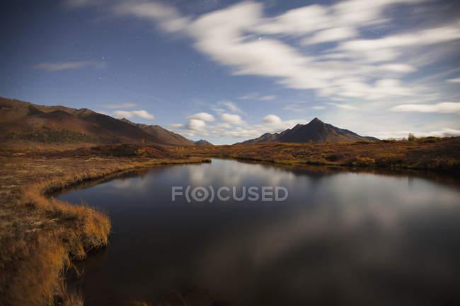 Nuvens refletidas no laguinho — Fotografia de Stock