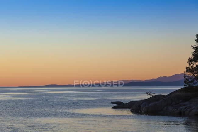 Дивлячись з готелю з контрабандист Cove морської — стокове фото