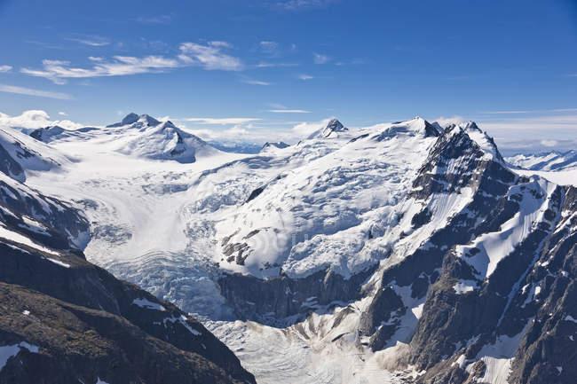 Вид с воздуха на висящий ледник и ледопад, прибрежная гора — стоковое фото