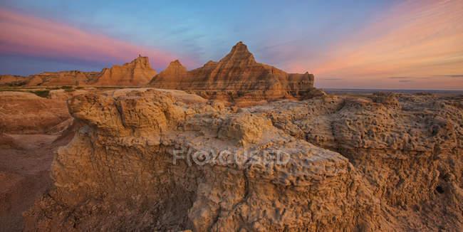 Crépuscule sur les cheminées de fées et les formations rocheuses — Photo de stock