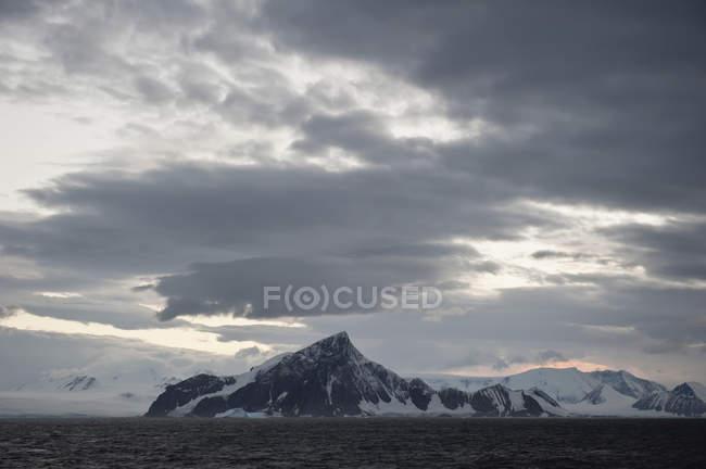 Montagnes le long de la côte — Photo de stock