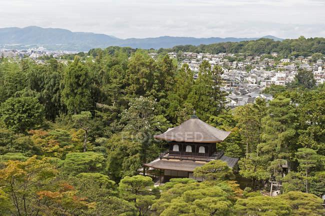 Tempio circondato da alberi — Foto stock