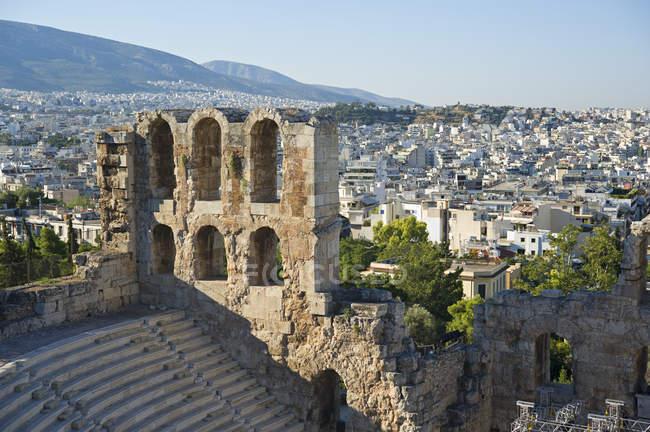 Одеон Герода Аттического с видом Афин — стоковое фото