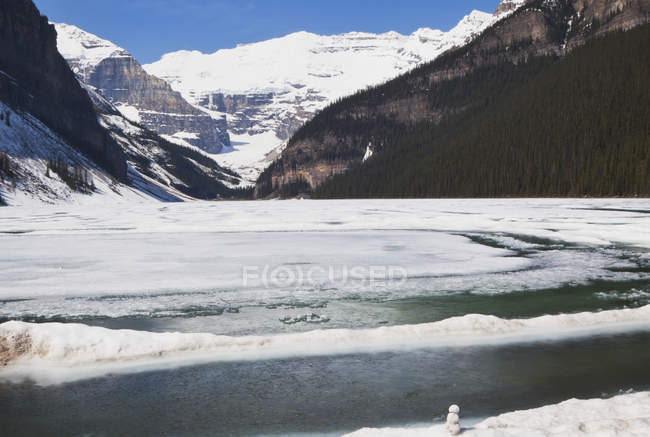 Lake louise in alberta's rocky mountain — Stock Photo