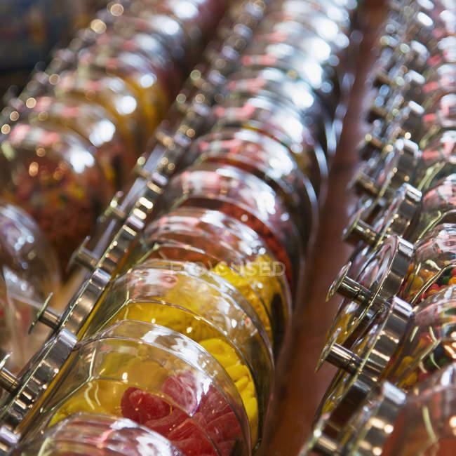 Vasi di varie caramelle in file all'interno — Foto stock