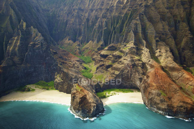 Голубая вода и белый песок — стоковое фото