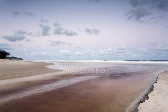 Ruisseau de suifs manquer dans l'océan — Photo de stock