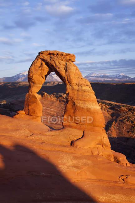 Захід сонця на делікатний арка — стокове фото