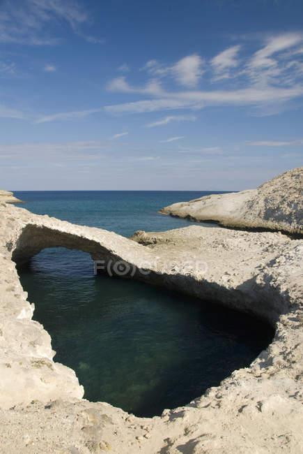 Piscina tranquilla di acqua e formazione rocciosa unica — Foto stock