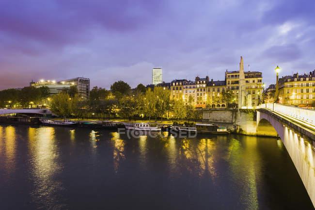 Мост через реку ночью — стоковое фото