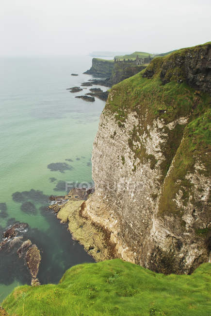 Скалы вдоль береговой линии — стоковое фото