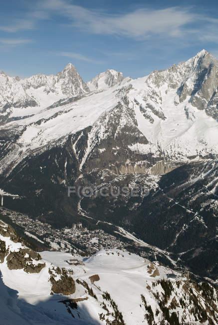 Schroffe schneebedeckte Gebirge — Stockfoto