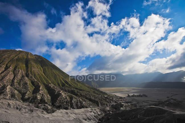 Lá em baixo de caminhada até montanhas — Fotografia de Stock