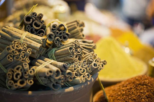 Palitos de canela y especias para la venta en bazar de especias - foto de stock