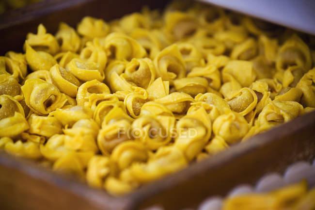 Closeup di crudo tortellini in ciotola marrone — Foto stock
