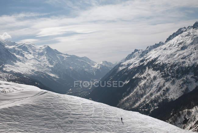 Людина прогулянки через сніг плато — стокове фото