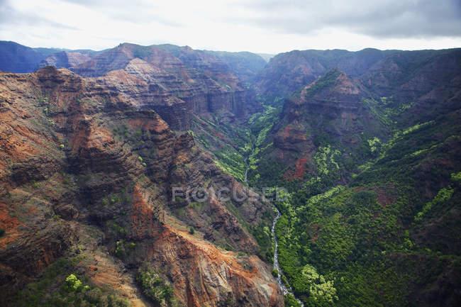 Прочные горы и долины — стоковое фото