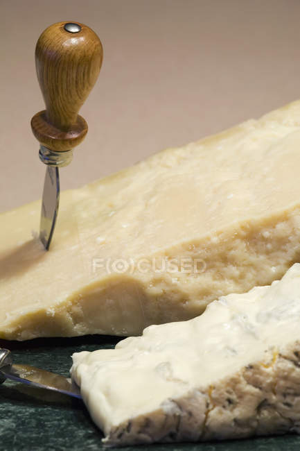 Блок сир пармезан і горгонзола на мармурову дошку круглі з ножем — стокове фото