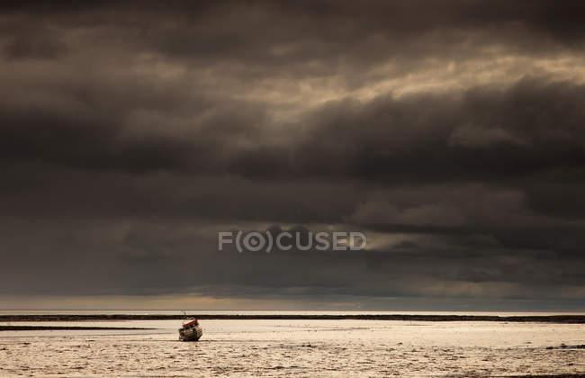Bateau de pêche dans l'eau — Photo de stock