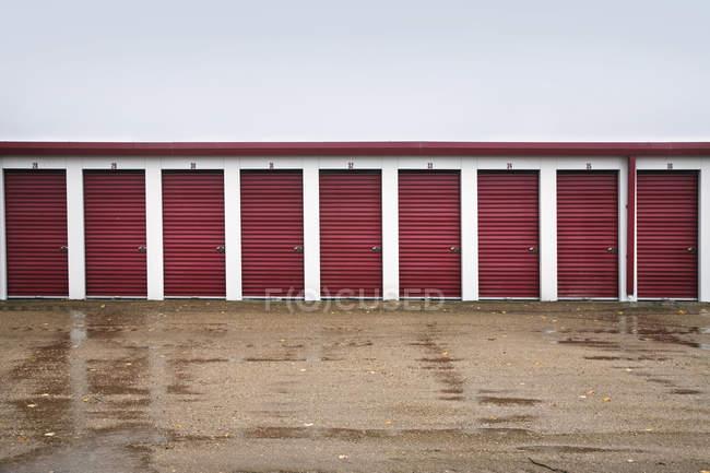 Depósitos con puertas rojas - foto de stock