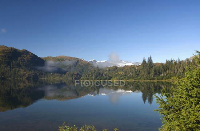 Lago di Shrode con nebbia bassa bugiardo — Foto stock