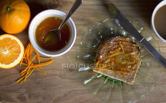 Marmellata d'arance su pane tostato sulla piastra — Foto stock