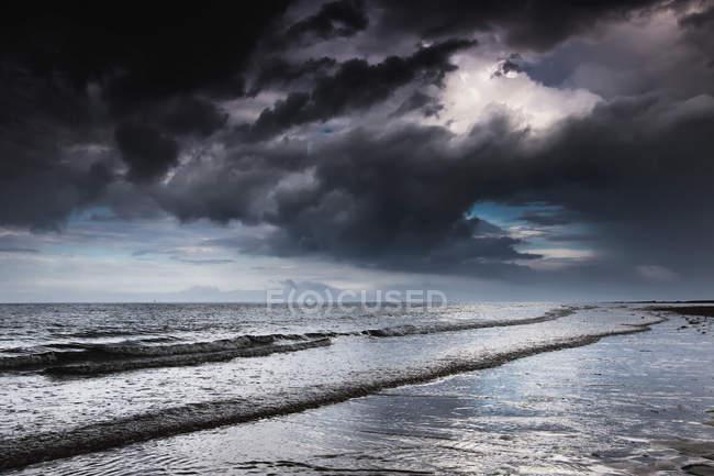 Nubi buie tempesta sopra l'oceano — Foto stock