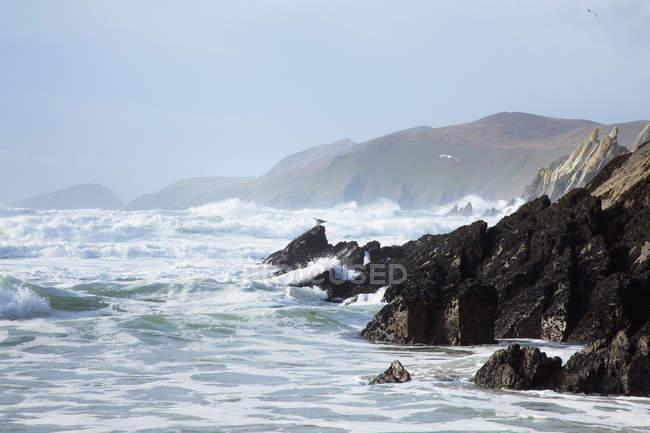 Eau rude le long de la côte — Photo de stock
