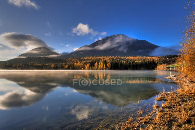 Colores de otoño y las montañas de Kenai - foto de stock