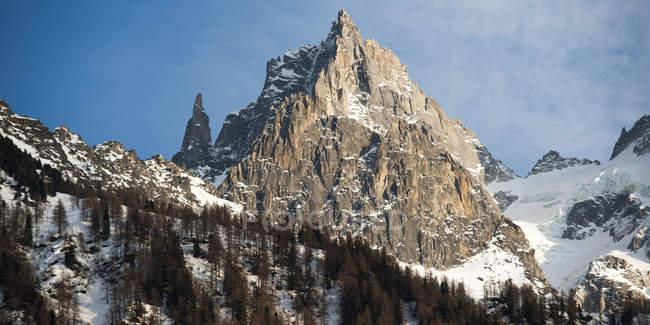 Прочные вершины на вершине горы — стоковое фото