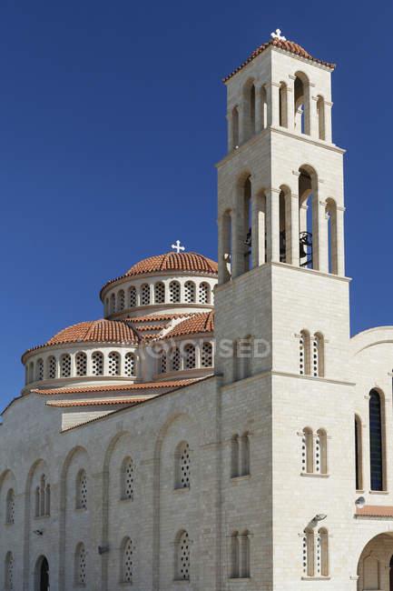 Igreja com torre de cúpula telhado e bell — Fotografia de Stock