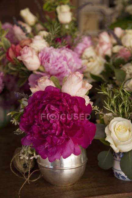 Varietà di fiori in bianco e rosa — Foto stock
