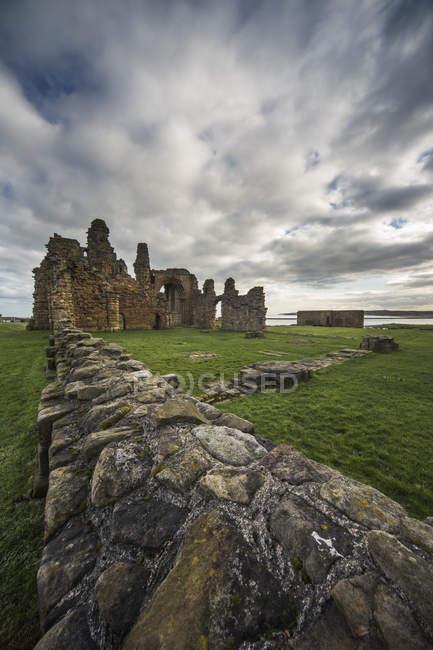 Разрушенный старый замок — стоковое фото