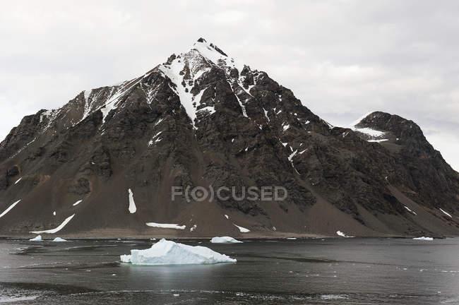 Montagna coperta di neve — Foto stock