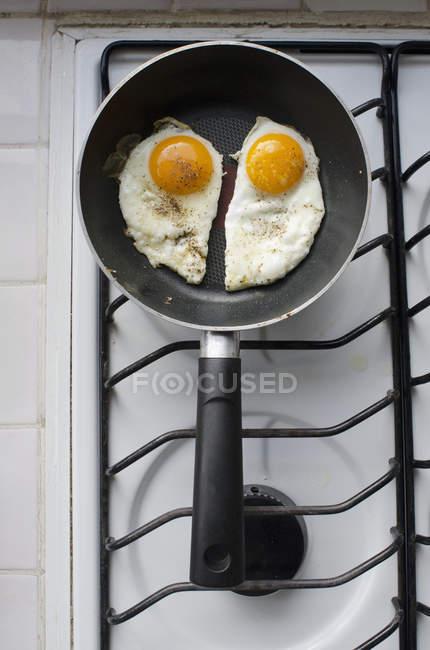 Due sole side up uova fritte in padella in un forno — Foto stock