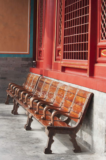 Wooden seating against wall — Stock Photo
